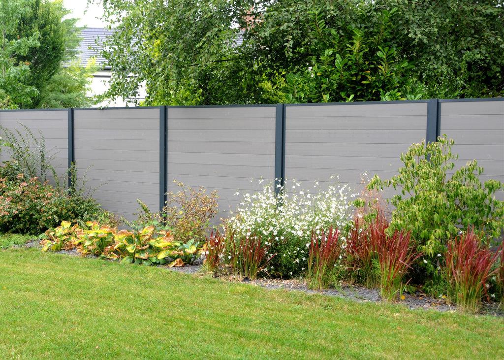 La clôture en bois composite révolutionne le marché de l'aménagement extérieur